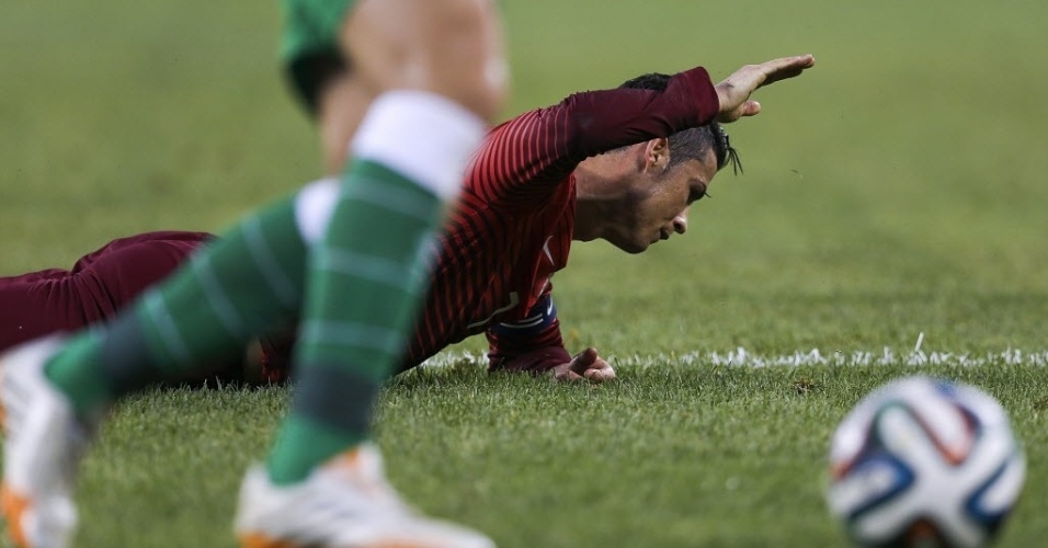 C. Ronaldo cai no chão e reclama de falta no amistoso de Portugal contra a Irlanda