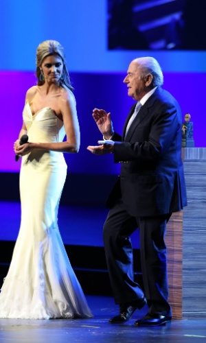 Instruído por Fernanda Lima, Blatter arrisca dança durante Congresso da Fifa