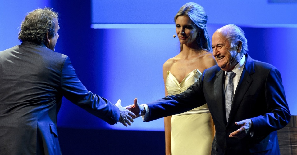 Presidente da Uefa, Michel Platini, cumprimenta o mandatário da Fifa, Joseph Blatter