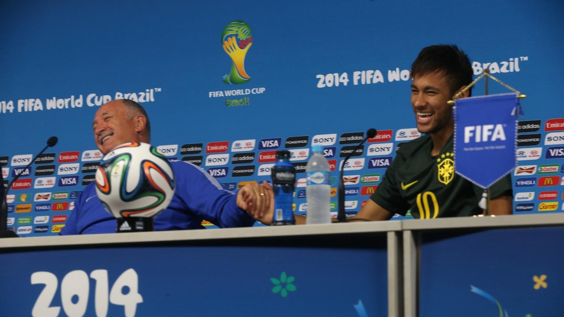 11. jun. 2014 - Em clima descontraído, Felipão e Neymar falam com jornalistas no Itaquerão