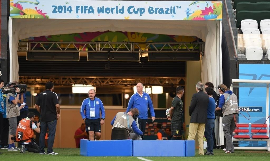 11. jun. 2014 - Felipão chega ao gramado do Itaquerão para comandar treino da seleção brasileira