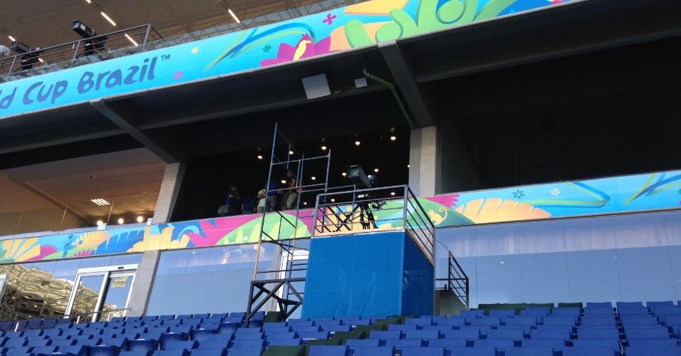 11.jun.2014 - A horas do início da Copa, camarotes da Arena Pantanal ainda têm andaimes e passam por ajustes