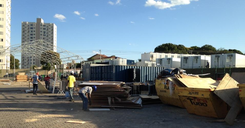 11.jun.2014 - Funcionários ainda trabalham na montagem de estruturas provisórias da Arena Pantanal, que receberá quatro jogos da Copa