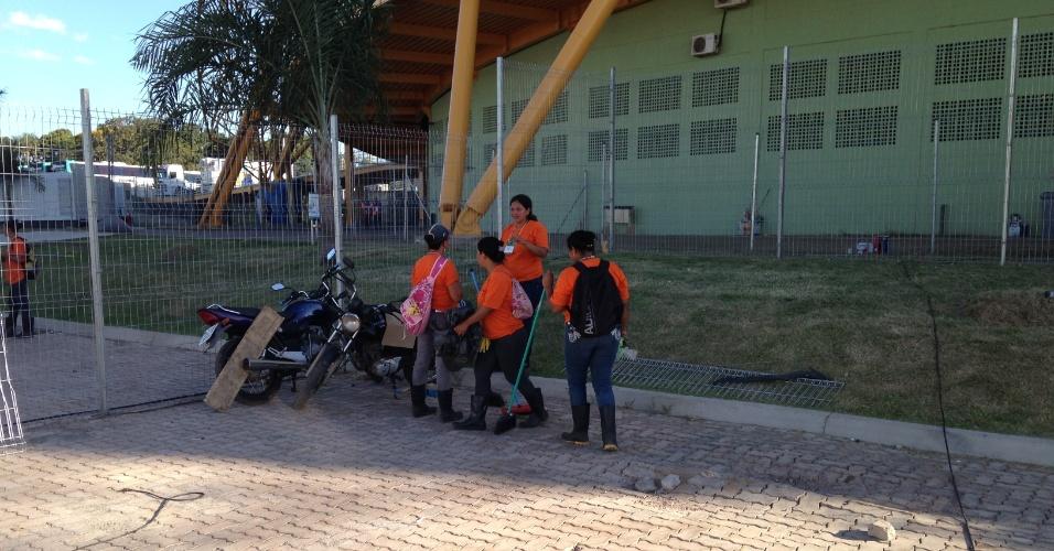 11.jun.2014 - Funcionários da Arena Pantanal fazem limpeza e cortam grama do estádio dois dias antes de o aparato receber um jogo de Copa do Mundo