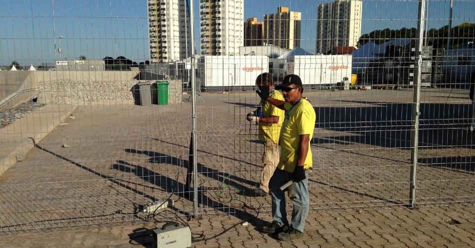 11.jun.2014 - Funcionários fazem ajuste em cerca da Arena Pantanal a dois dias de o estádio receber Chile x Austrália pela Copa do Mundo