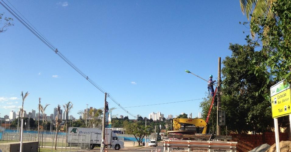 11.jun.2014 - Funcionários trocam fiação da rede elétrica no entorno da Arena Pantanal