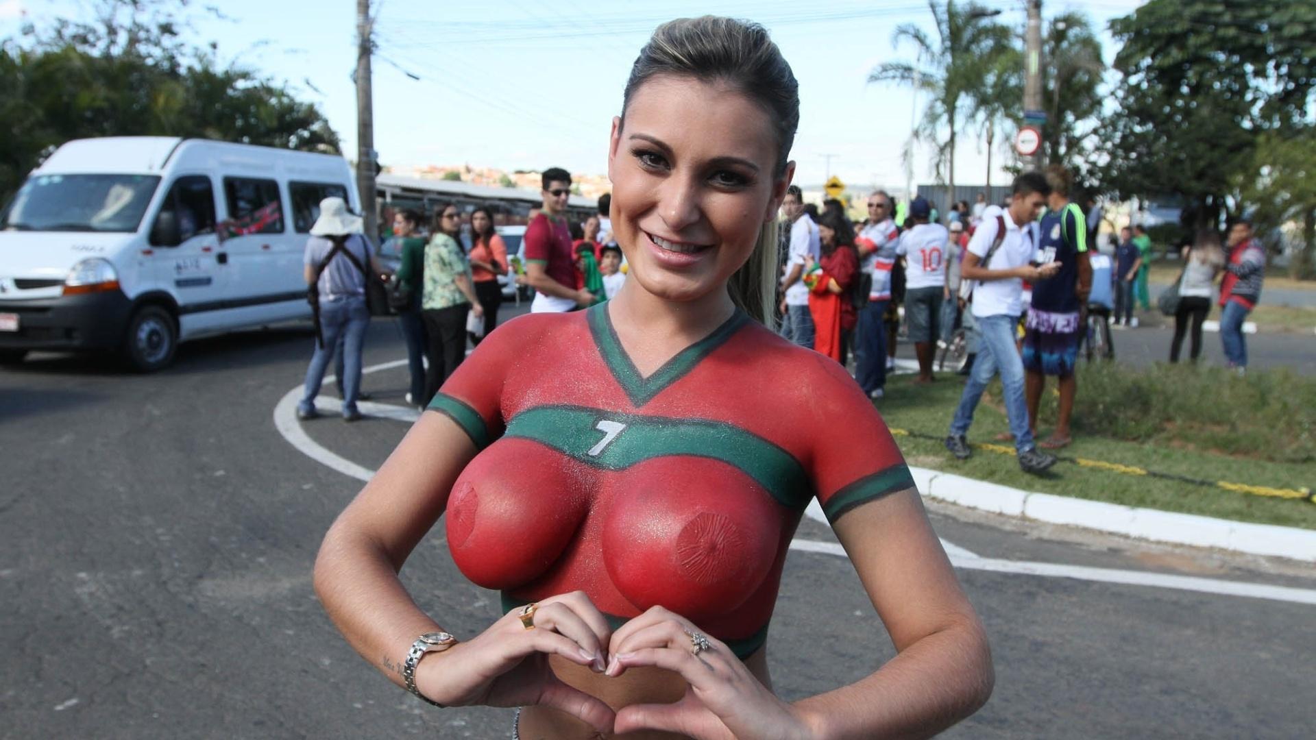 11.jun.2014 - Modelo Andressa Urach aguarda pela chegada de Cristiano Ronaldo no aeroporto de Viracopos, em Campínas