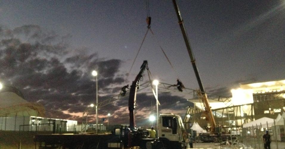 11.jun.2014 - Obras em estruturas provisórias da Arena Pantanal seguem em ritmo acelerado, mesmo à noite
