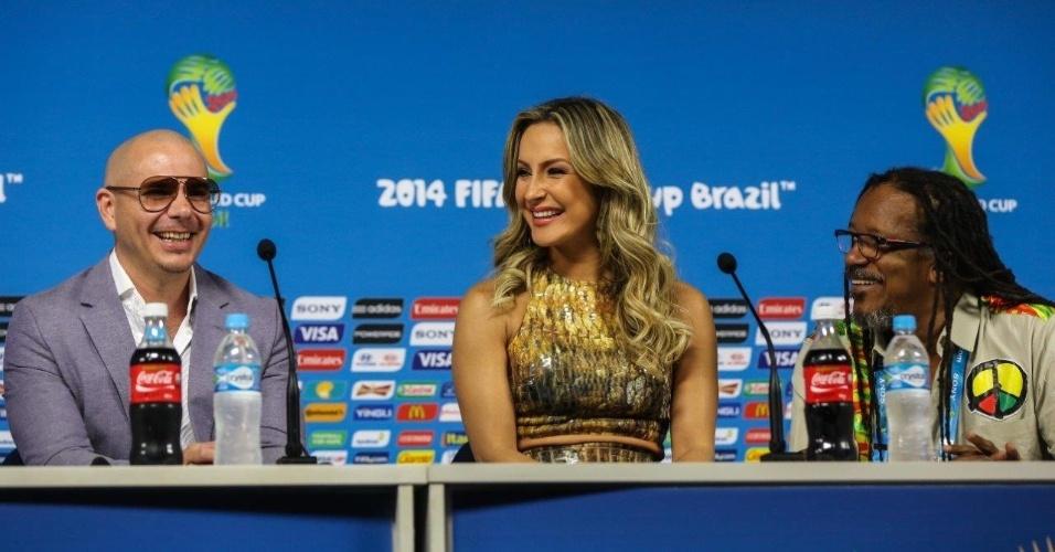 Claudia Leitte e Pitbull dão entrevista para a imprensa no Itaquerão, em São Paulo; eles são músicos oficiais da Copa do Mundo