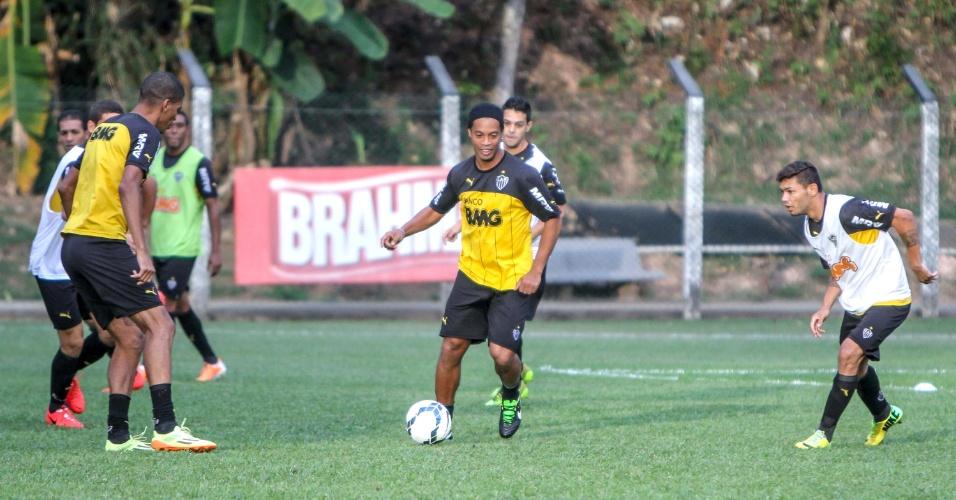 11 jun. 2014 - Ronaldinho Gaúcho participa de treino do Atlético-MG na Vila Olímpica