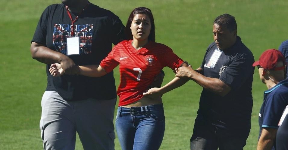 12.jun.2014 - A torcedora de Portugal invadiu o treino para ver Cristiano Ronaldo e teve de ser retirada por dois seguranças