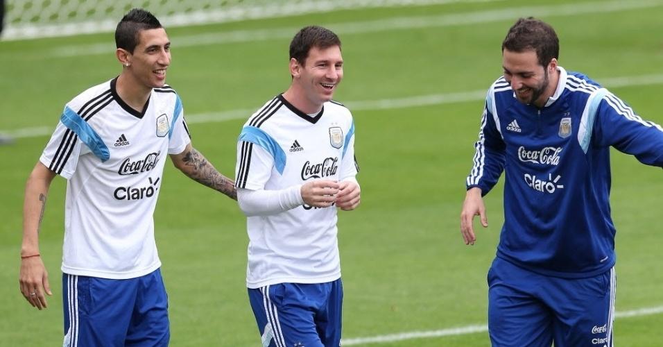 12.jun.2014 - Ángel Di María, Lionel Messi e Gonzalo Higuaín, possível trio de ataque da Argentina na Copa, brincam durante treinamento da seleção