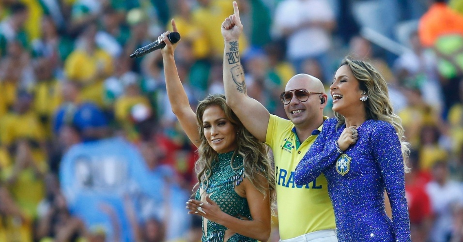 12.jun.2014 - Claudia Leitte, Jennifer Lopez e rapper PitBull encerram participação na cerimônia de abertura da Copa do Mundo