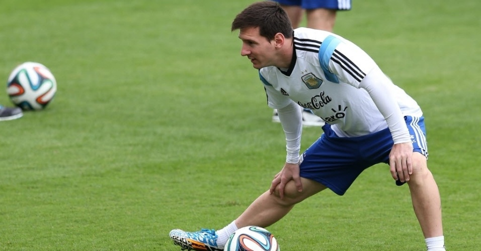 12.jun.2014 - Lionel Messi se alonga durante treino da Argentina em Belo Horizonte