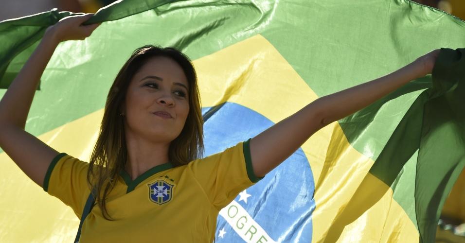 12.jun.2014 - Torcedora brasileira foi de camiseta e bandeira para o estádio curtir a estreia da seleção