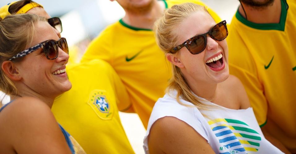 12.jun.2014 - Torcedora da Suíça Joyce Mayer (de camiseta branca), 28, se diverte na Fan Fest na praia de Copacabana, onde assiste Brasil x Croácia