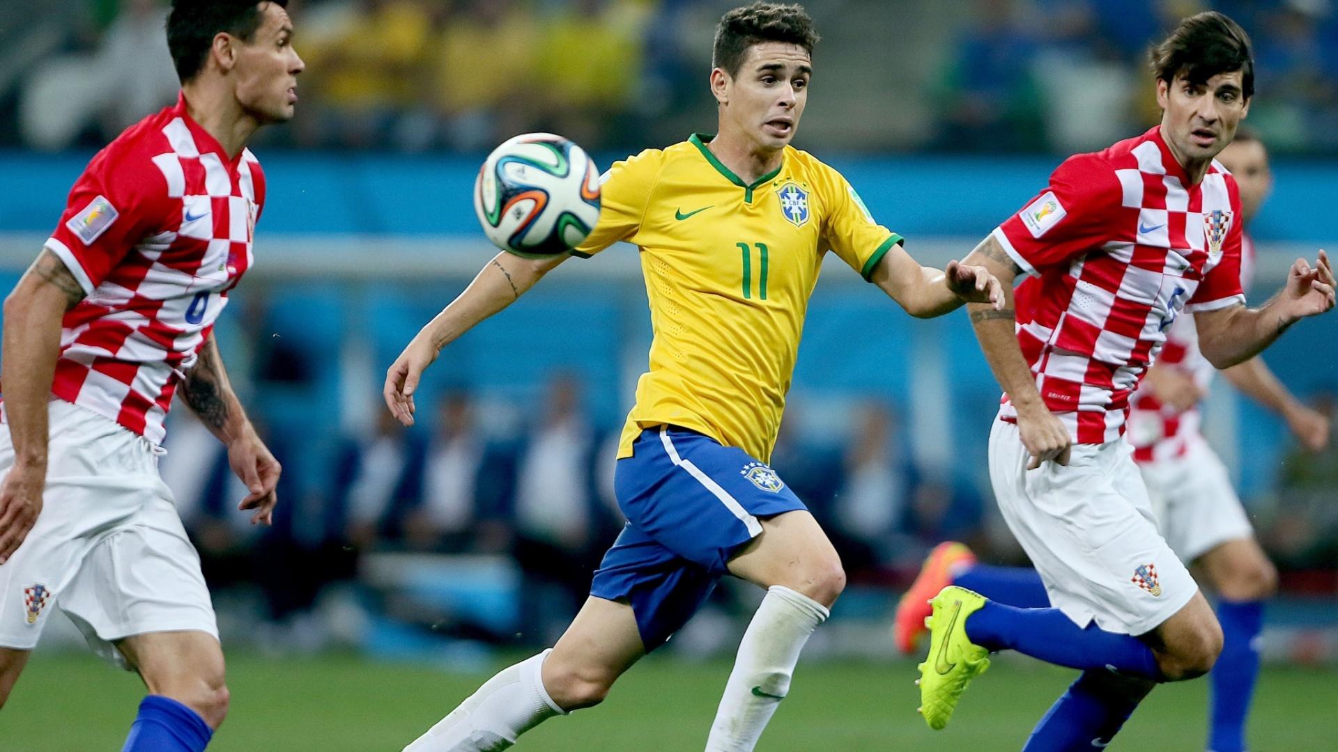 12.jun.2014 - Autor do terceiro gol do Brasil, Oscar tenta dominar a bola com a marcação dupla da Croácia