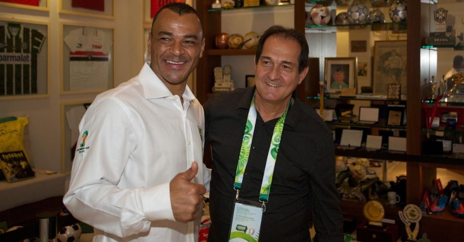 Cafu e Muricy Ramalho posam juntos em evento da Copa