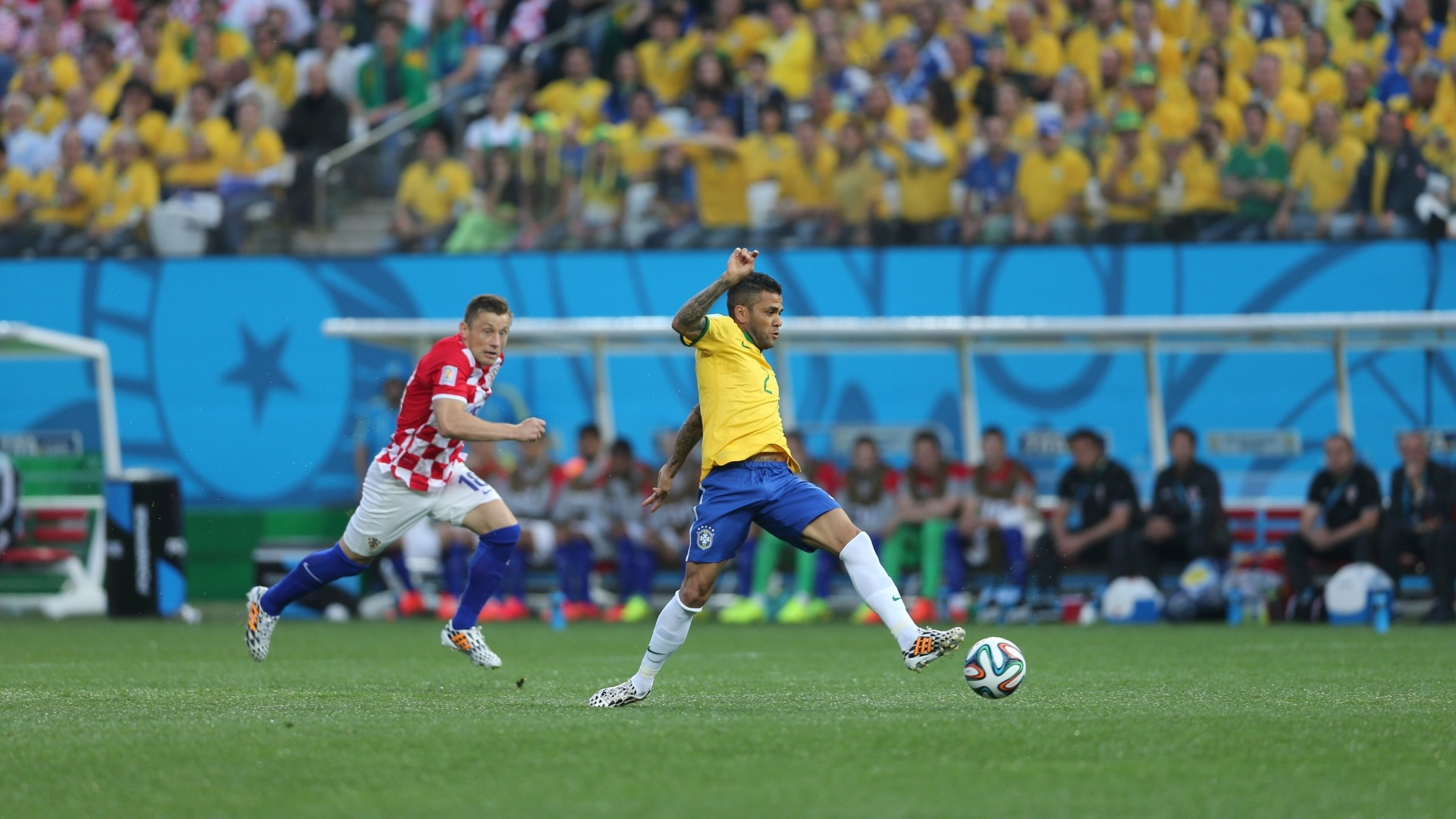 12.jun.2014 - Daniel Alves tenta dominar a bola e criar jogada para a seleção brasileira contra a Croácia
