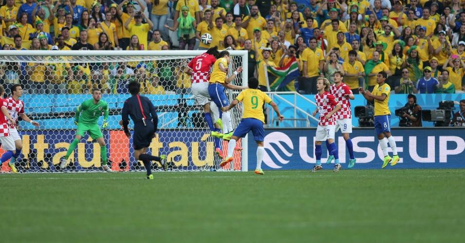 12.jun.2014 - David Luiz divide a bola no alto com Corluka na partida entre Brasil e Croácia, a primeira da Copa do Mundo