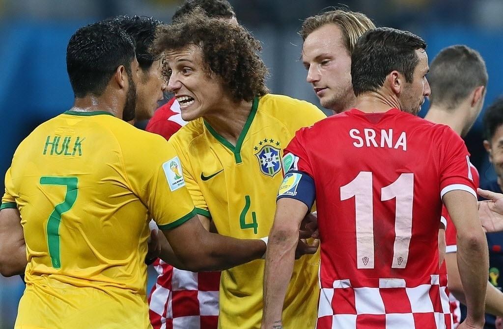 12.jun.2014 - David Luiz se irrita após confusão e tenta evitar que Hulk entre em briga na partida no Itaquerão