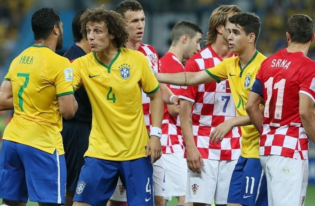 12.jun.2014 - David Luiz tenta segurar Hulk após confusão na partida entre Brasil e Croácia