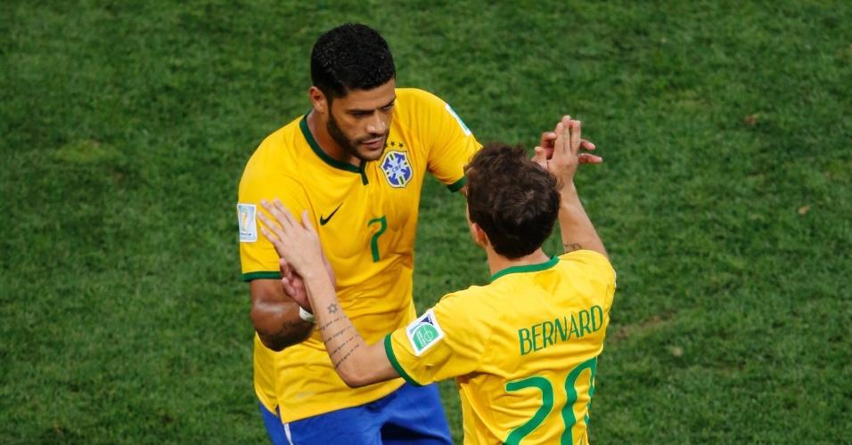 12.jun.2014 - Hulk é substituído por Bernard na vitória do Brasil contra a Croácia por 3 a 1