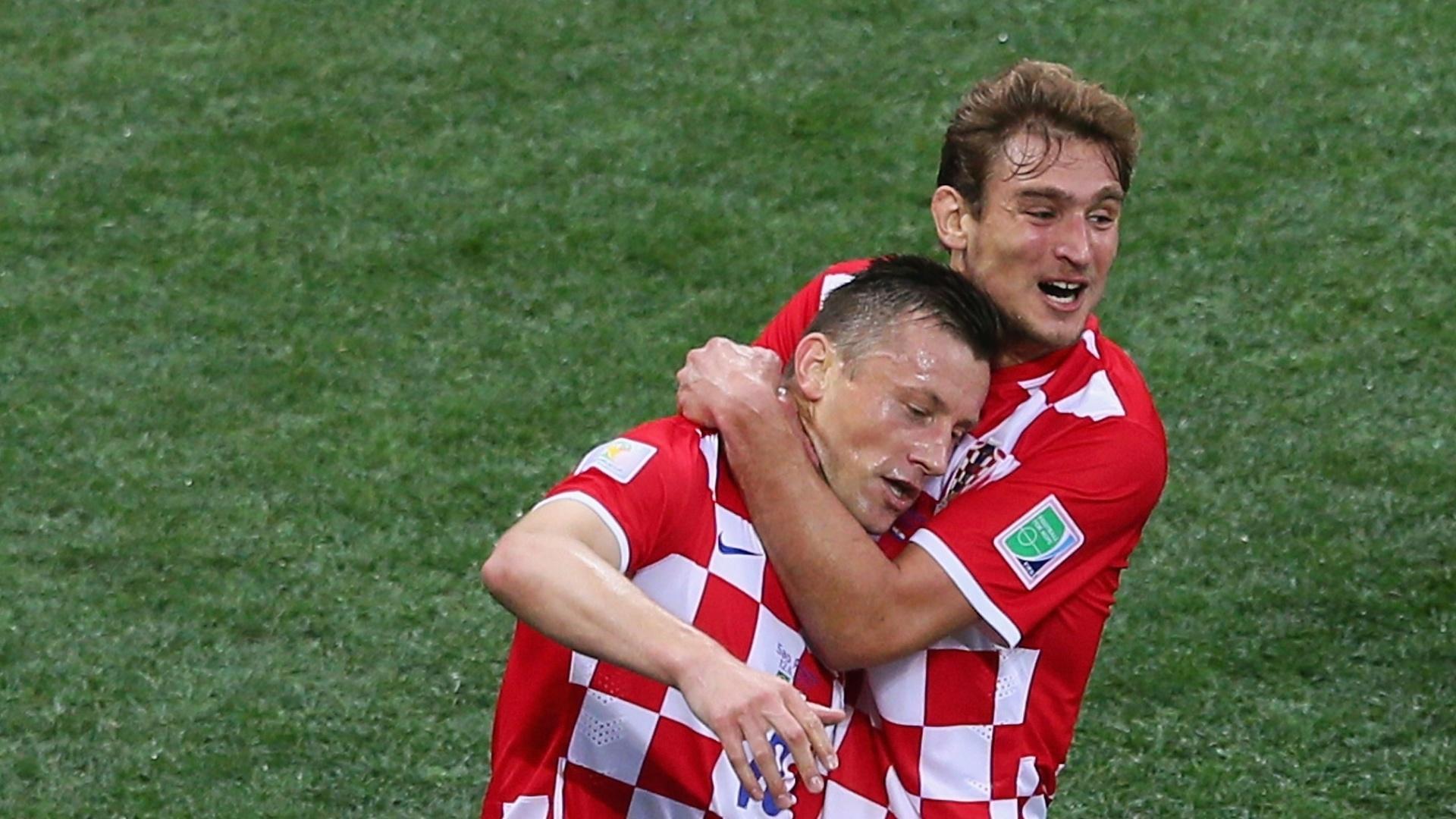 12.jun.2014 - Ivica Olic e Nikica Jelavic comemoram após a Croácia abrir o placar contra o Brasil, no Itaquerão