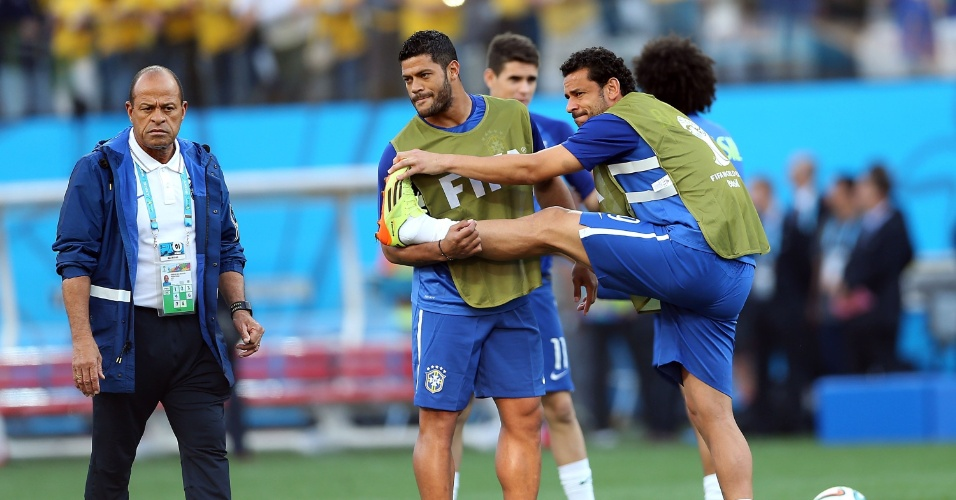 12.jun.2014 - Já no gramado do Itaquerão, Fred faz alongamento junto com Hulk antes do jogo contra a Croácia