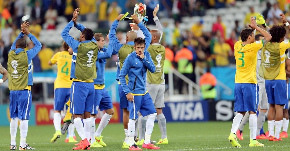 12.jun.2014 - Jogadores da seleção brasileira agradecem à torcida presente no Itaquerão na vitória por 3 a 1 sobre a Croácia