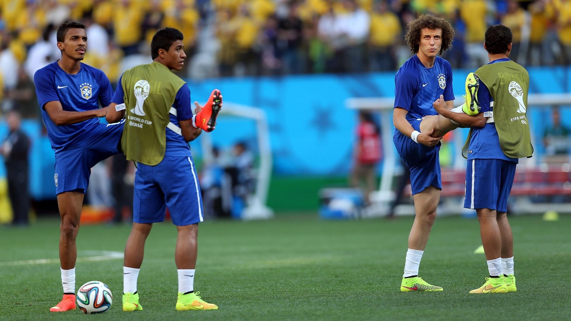 12.jun.2014 - Jogadores da seleção brasileira sobem ao gramado para fazer aquecimento antes da estreia na Copa do Mundo
