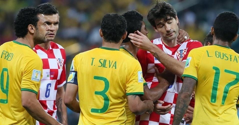 12.jun.2014 - Jogadores de Brasil e Croácia se envolvem em confusão durante a estreia na Copa