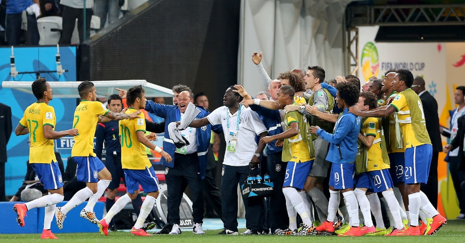 12.jun.2014 - Jogadores do Brasil comemoram com a comissão técnica e reservas após Neymar empatar o jogo contra a Croácia