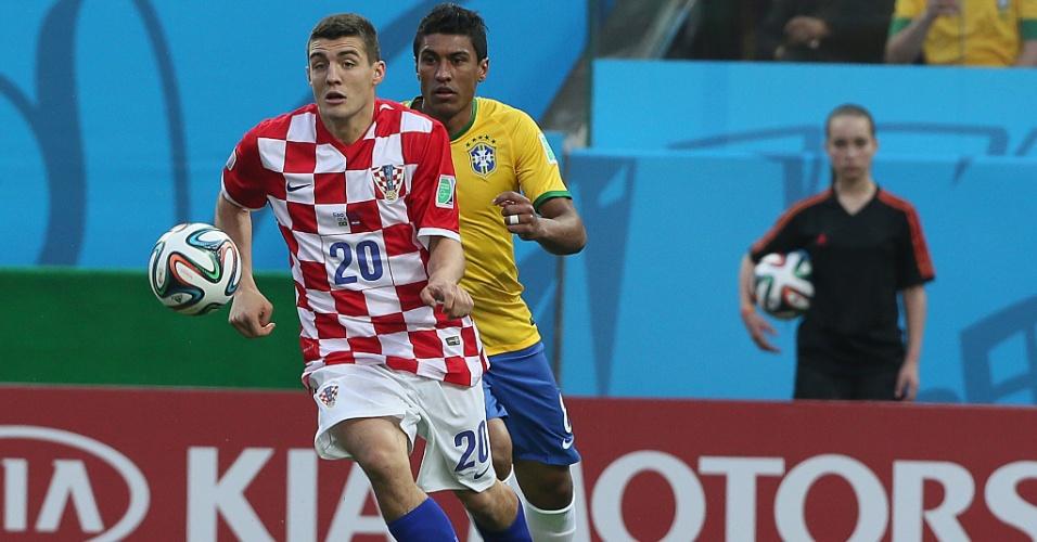 12.jun.2014 - Kovacic, da Croácia, domina a bola à frente de Paulinho, do Brasil, na primeira partida da Copa do Mundo