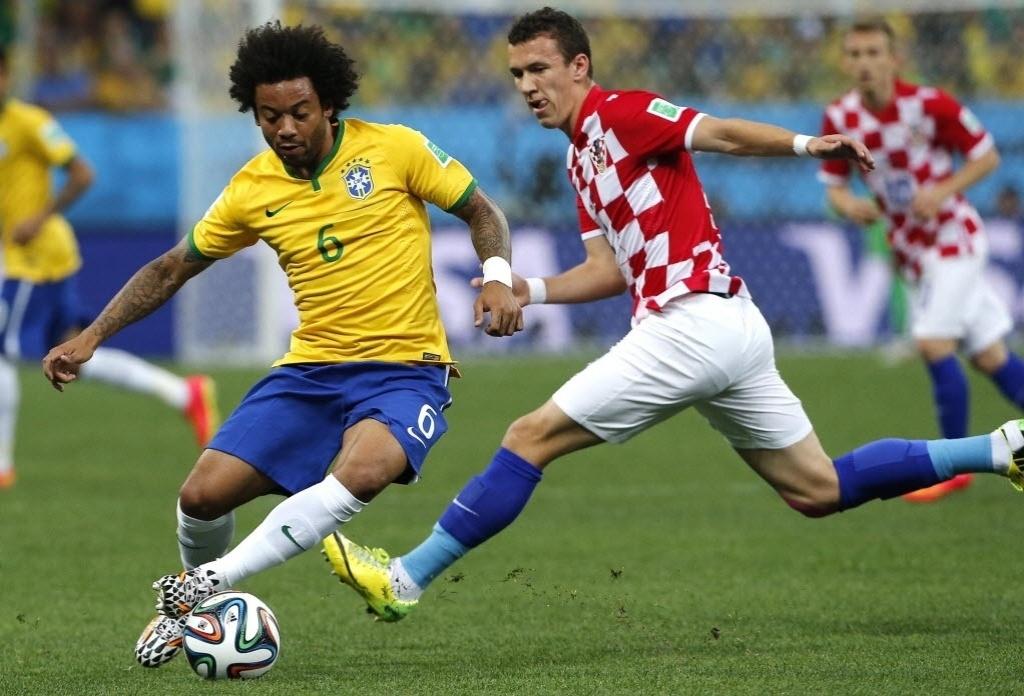 12.jun.2014 - Marcelo, do Brasil, disputa a bola com Ivan Perisic, da Croácia, na partida realizada no Itaquerão