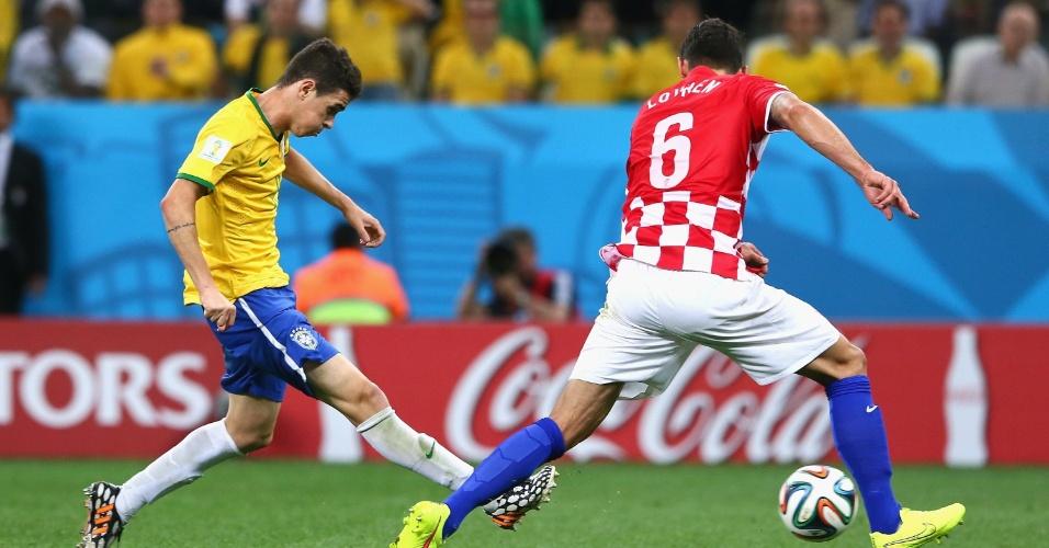 12.jun.2014 - Mesmo marcado por Lovren, Oscar finaliza e marca o terceiro do Brasil na vitória por 3 a 1 contra a Croácia