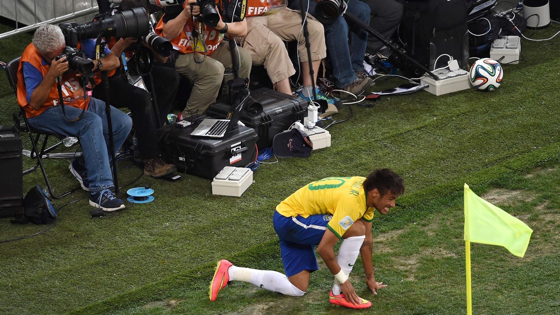 12.jun.2014 - Neymar ajeita a chuteira fora de campo e fotógrafos não perdem a oportunidade de registrar o momento no Itaquerão
