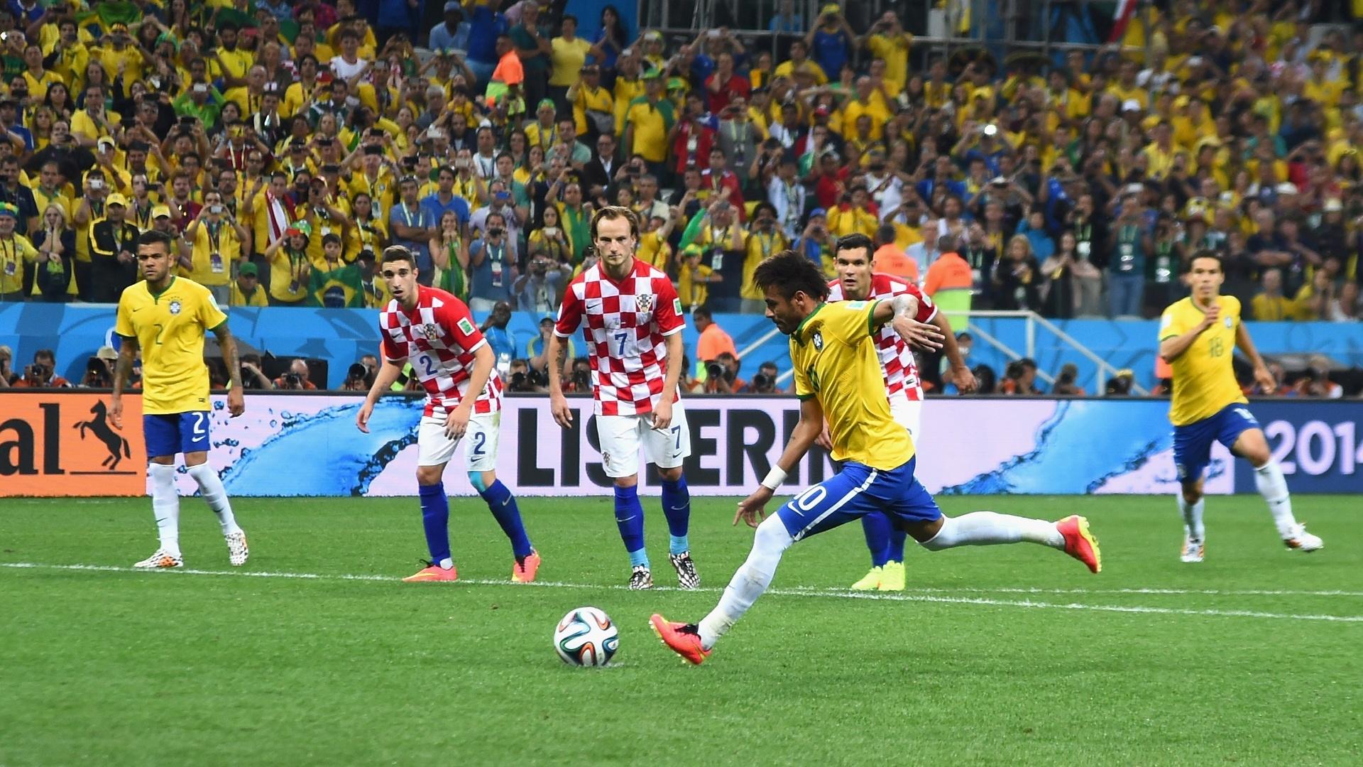 12.jun.2014 - Neymar cobra pênalti e vira a partida para o Brasil contra a Croácia, no Itaquerão