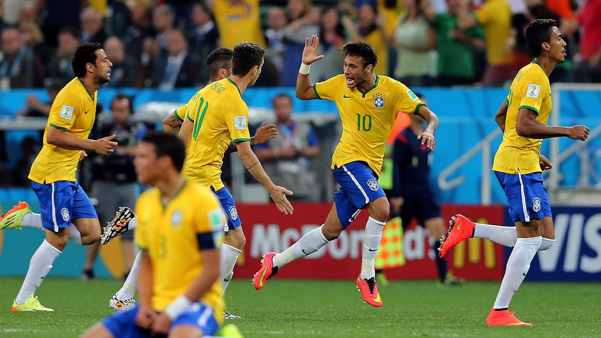 12.jun.2014 - Neymar comemora com os jogadores da seleção após empatar o placar na partida contra a Croácia
