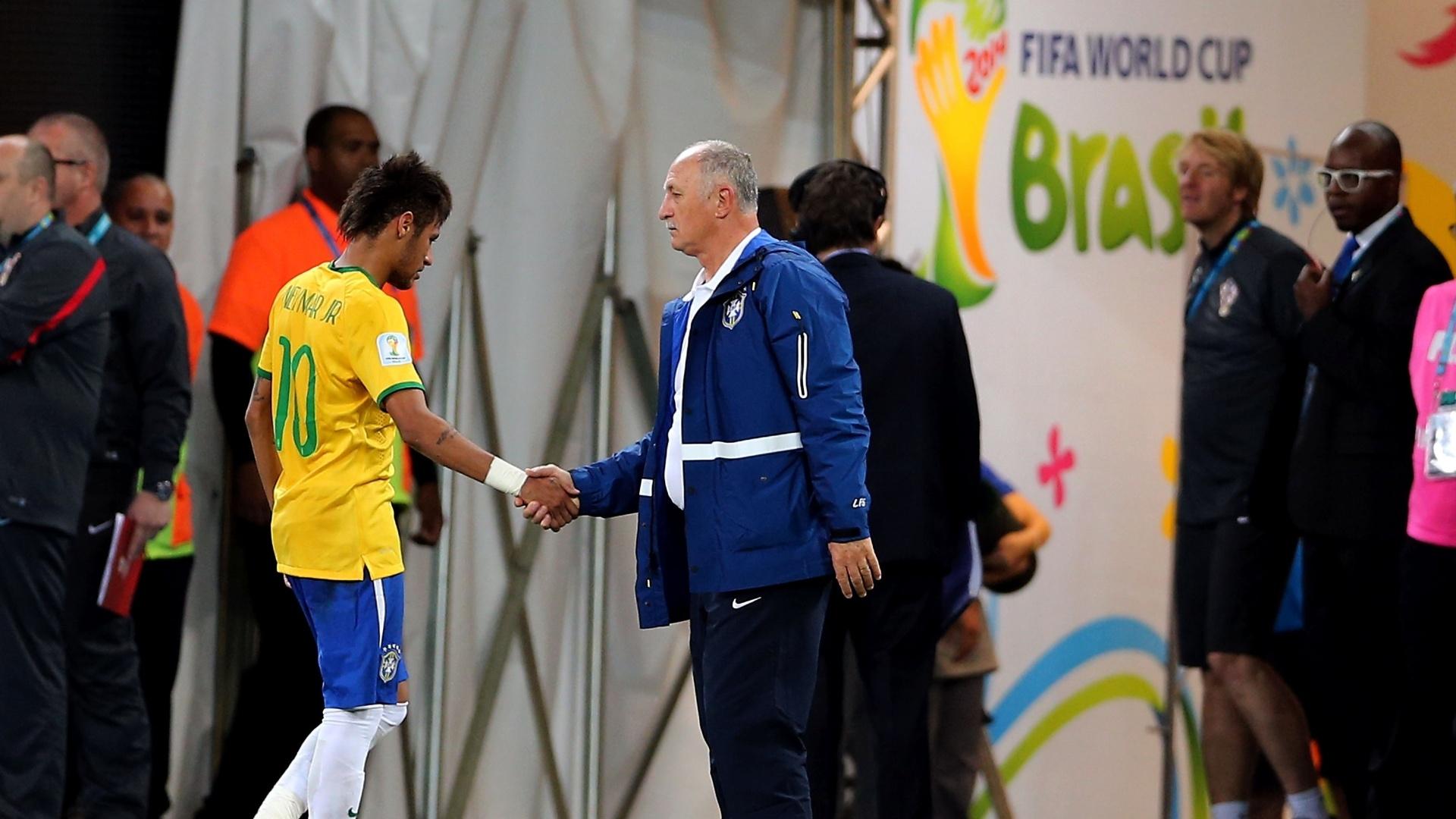 12.jun.2014 - Neymar cumprimenta Felipão ao ser substituído na vitória do Brasil sobre a Croácia por 3 a 1