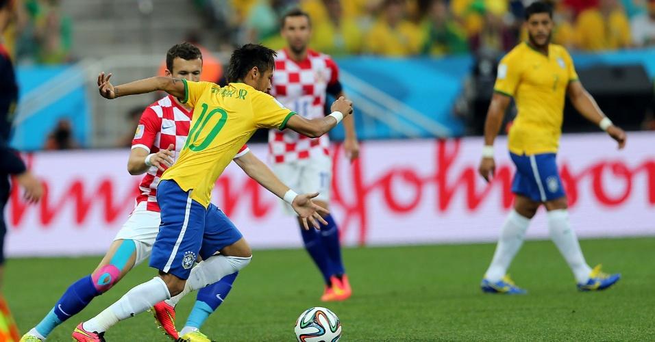 12.jun.2014 - Neymar encara a marcação croata na estreia da Copa do Mundo, no Itaquerão