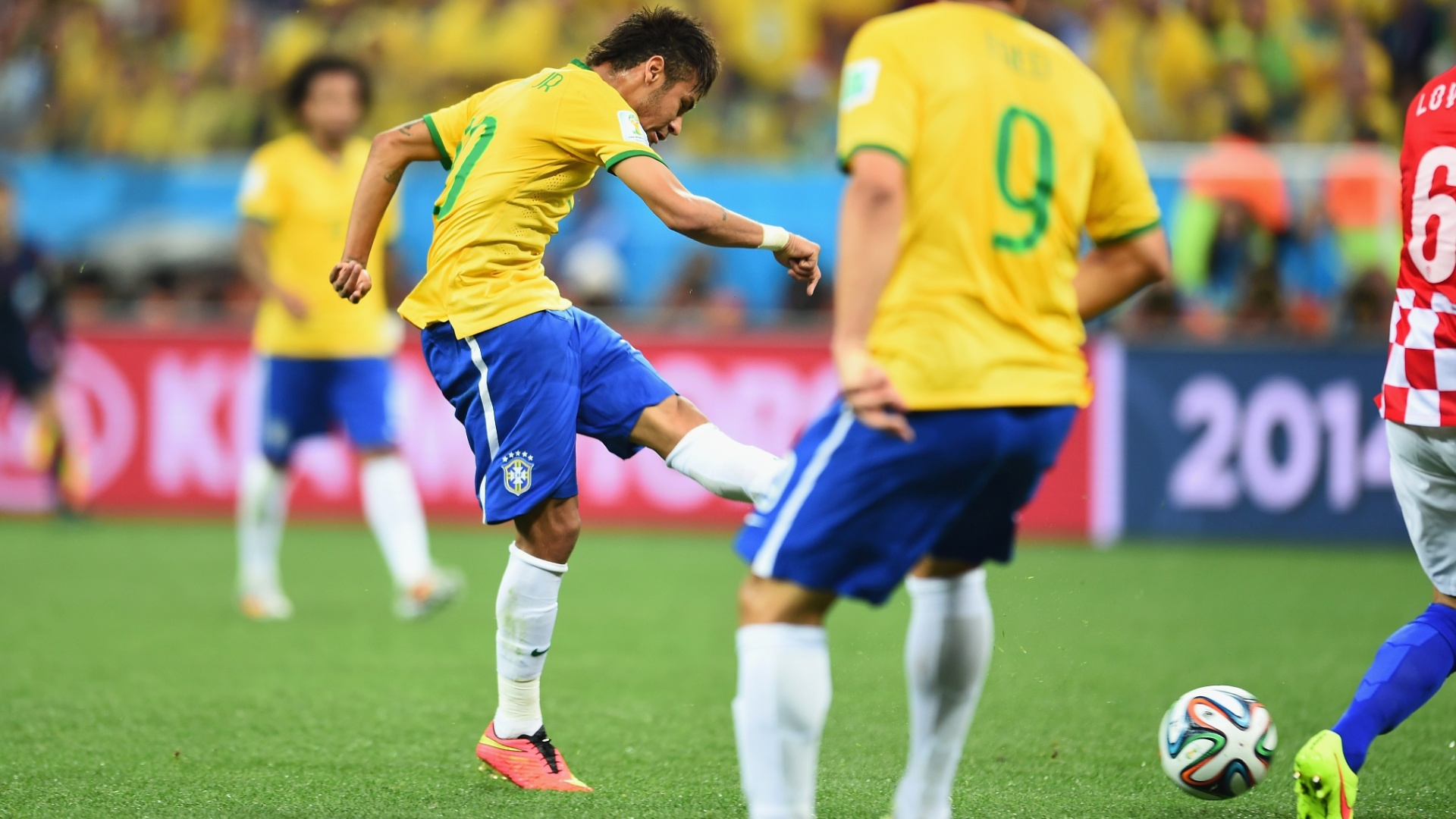 12.jun.2014 - Neymar finaliza de fora de área e empata o jogo para o Brasil contra a Croácia, na estreia da Copa