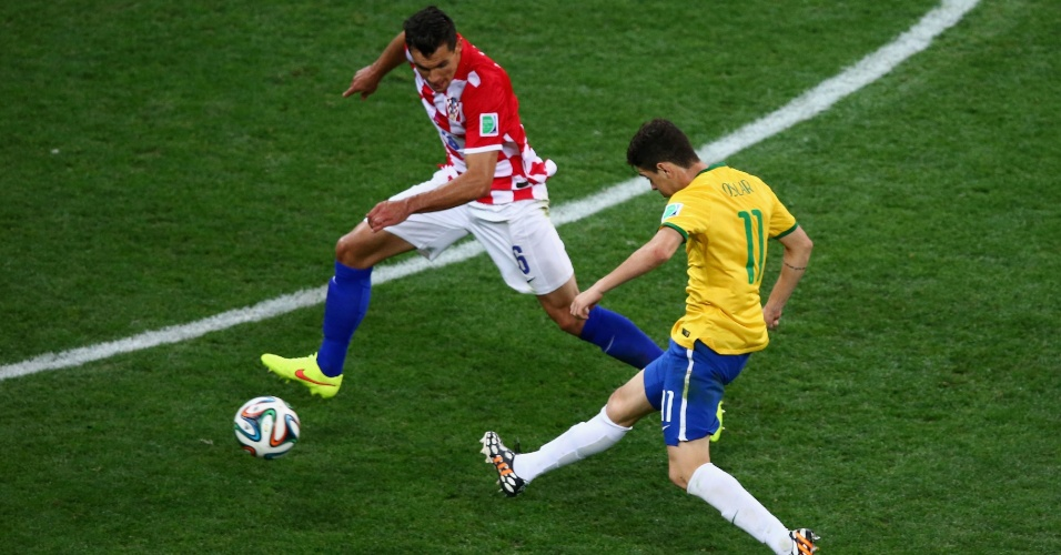 12.jun.2014 - Oscar chuta da entrada da área e consolida a vitória do Brasil contra a Croácia por 3 a 1, na estreia da Copa do Mundo