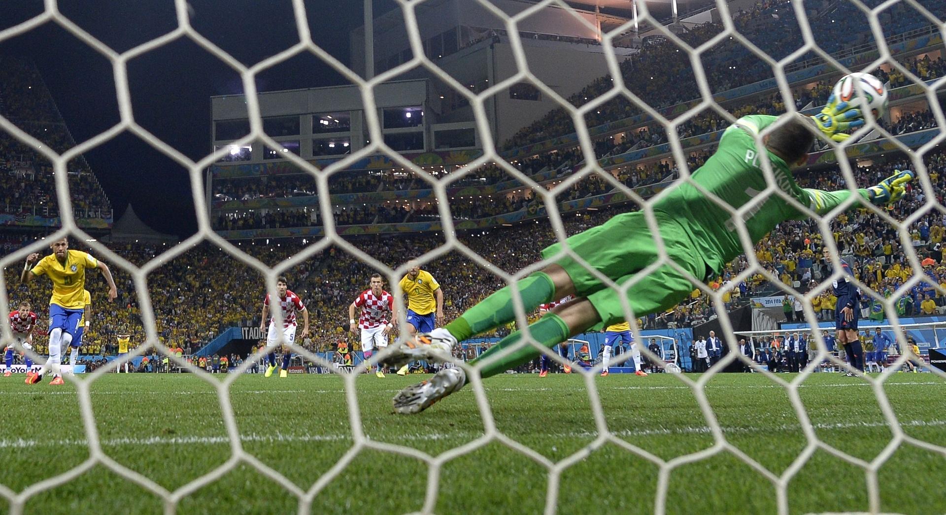 12.jun.2014 - Pletikosa chegou a tocar na bola, mas não conseguiu defender a cobrança de pênalti de Neymar no segundo tempo
