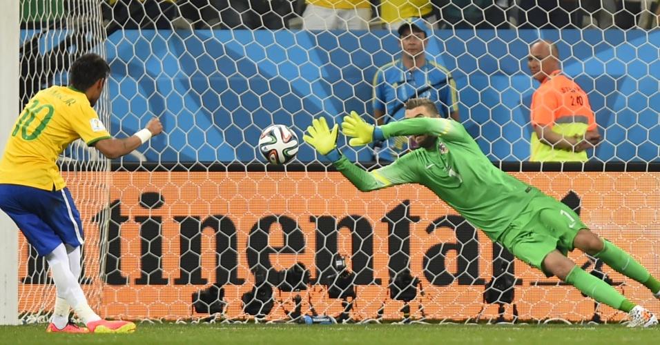 12.jun.2014 - Pletikosa tenta defender cobrança de Neymar, mas não impede o gol da virada do Brasil contra a Croácia
