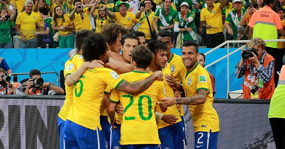 12.jun.2014 - Seleção brasileira comemora gol de pênalti de Neymar, que colocou o time na frente do placar contra a Croácia