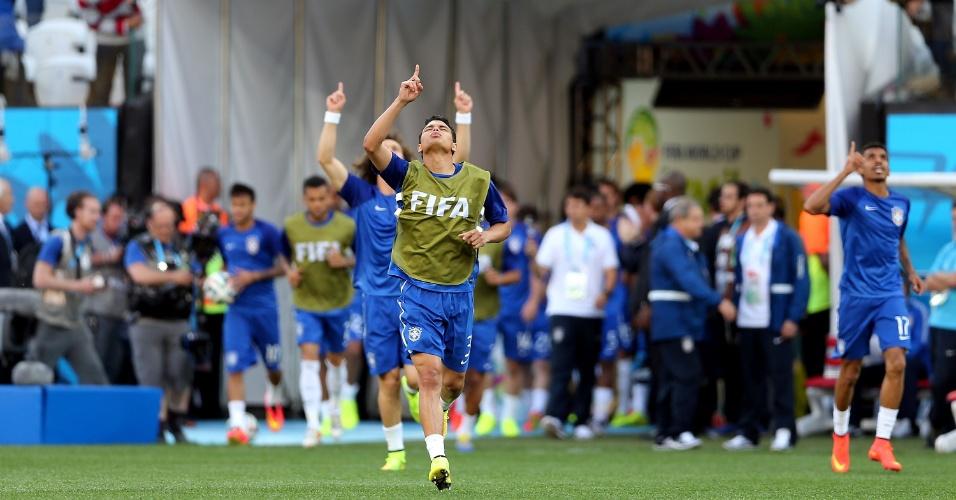 12.jun.2014 - Thiago Silva e David Luiz entram no gramado do Itaquerão para aquecimento antes do jogo contra a Croácia