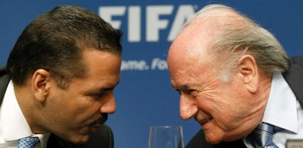Ronald Noble, secretário geral da Interpol, conversa com Joseph Blatter em maio de 2011