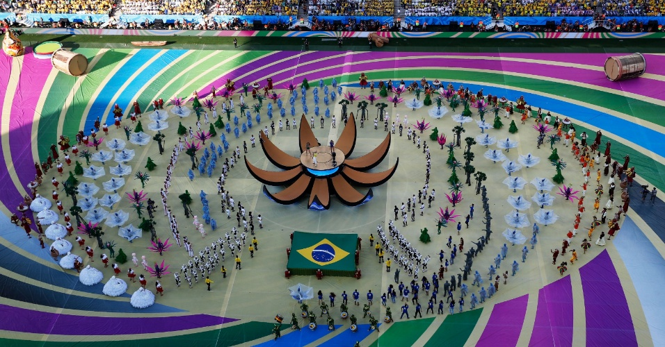 12.jun.2014 - Claudia Leitte, Jennifer Lopez e Pitbull apresentam a música oficial da Copa na cerimônia de abertura