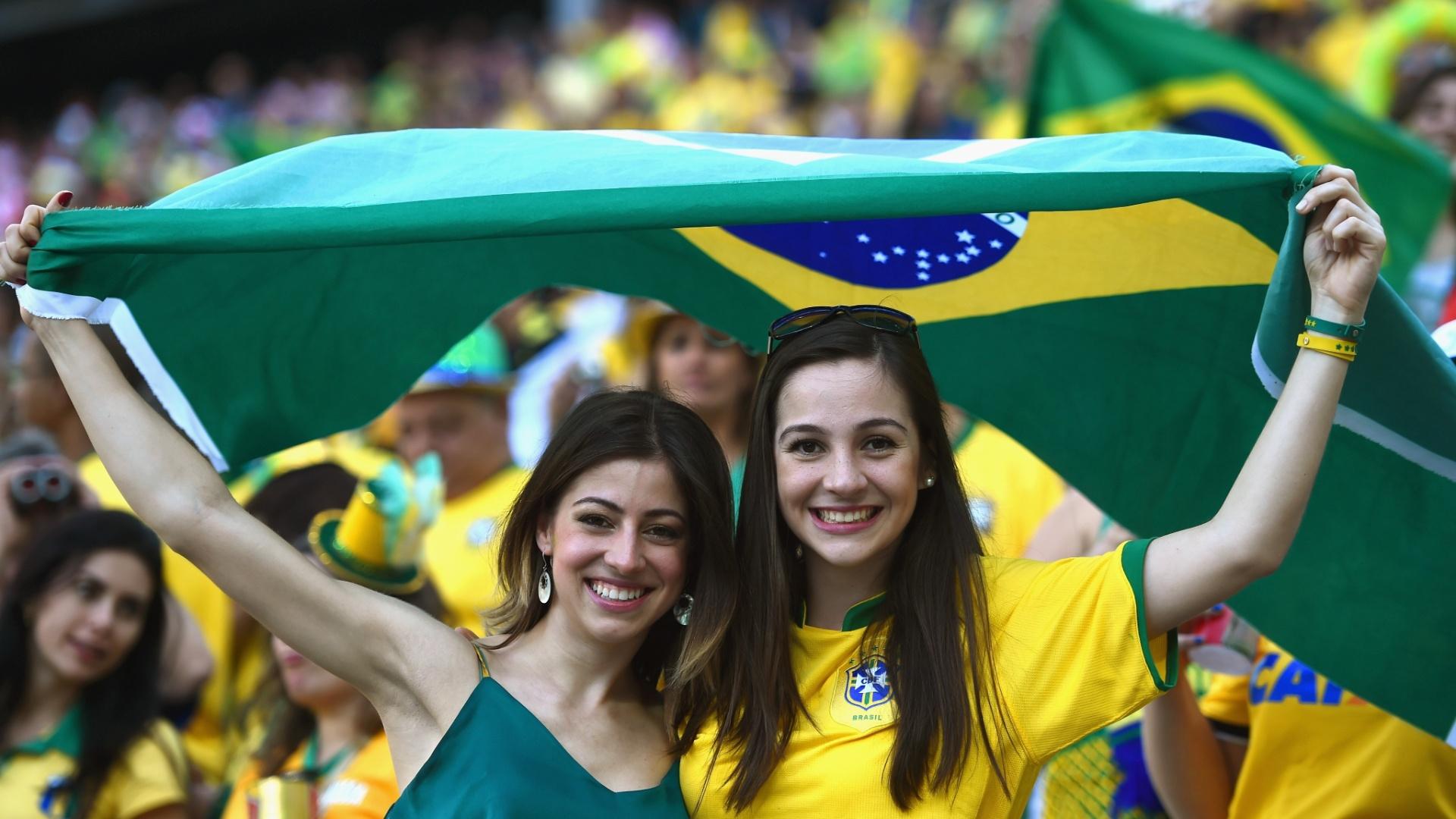 12.jun.2014 - Dupla de torcedoras se diverte com Brasil x Croácia